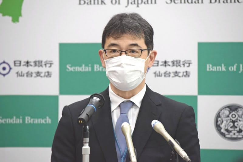 会見する日銀の岡本仙台支店長(20日、同支店)