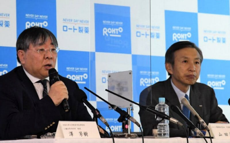 6月の記者会見で山田邦雄会長(右)らが再生医療での新型コロナ重症患者を対象とした治験について説明した