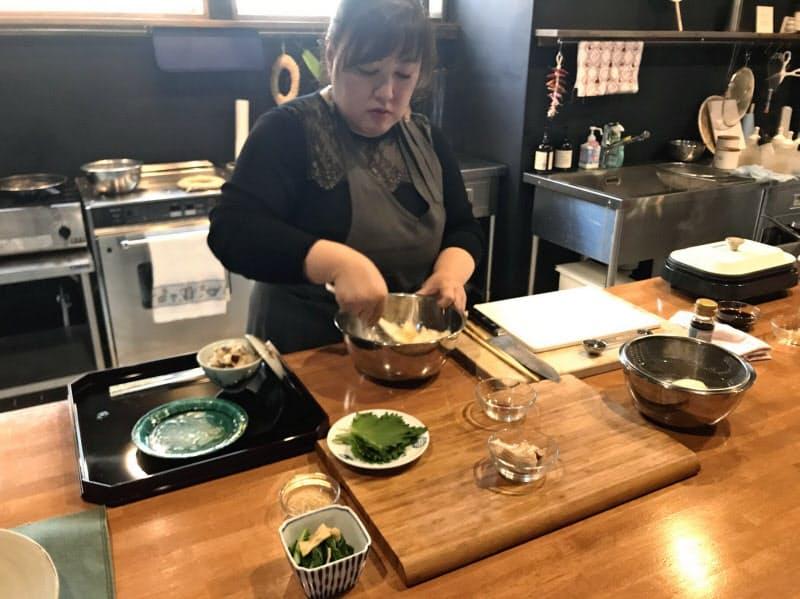 料理研究家の谷口取締役が届けた食材を使った料理の調理方法を紹介する(10月の様子)