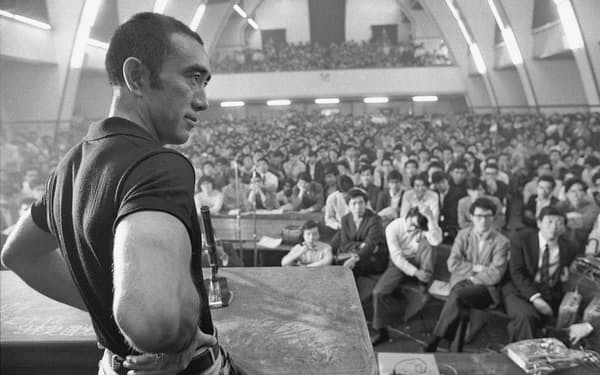 1969年5月13日、三島由紀夫は東大全共闘に招かれ約1千人の学生と討論した。(C)新潮社