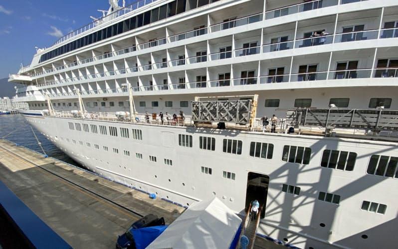 船内のPCR検査で新型コロナ感染が判明した乗船者を下船させる手順を確認した(20日、神戸市)