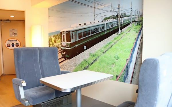 南海電鉄の特急「サザン」で実際に使われていた座席などを部屋に配置した