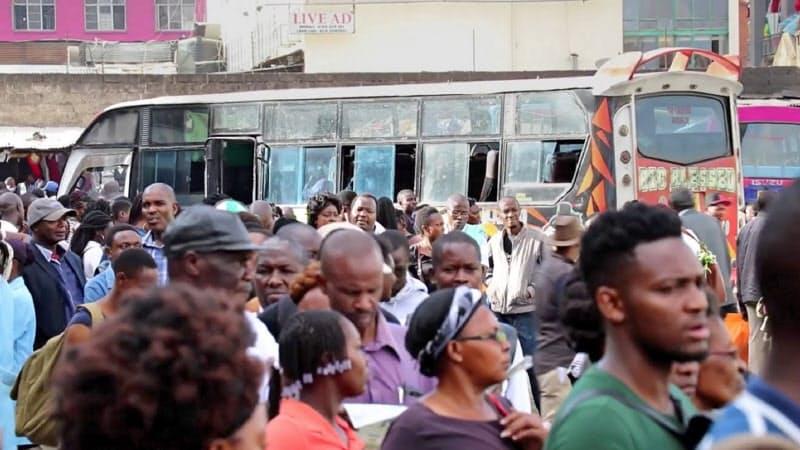 ケニアではバスが主要な通勤手段となっている