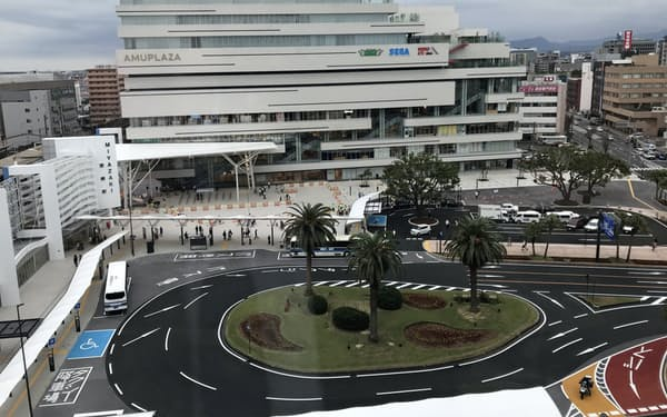 完成したJR宮崎駅西口駅前広場(16日、左が宮崎駅)