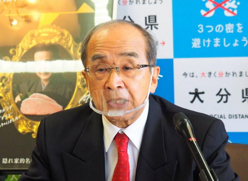 記者会見する大分県の広瀬知事(20日、大分県庁)