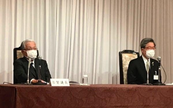 記者会見する経団連の古賀議長(左)と道経連の真弓会長(20日、札幌市)