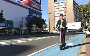 モビーライドは福岡市内の公道で電動キックボードの実証実験をする(20日、福岡市)