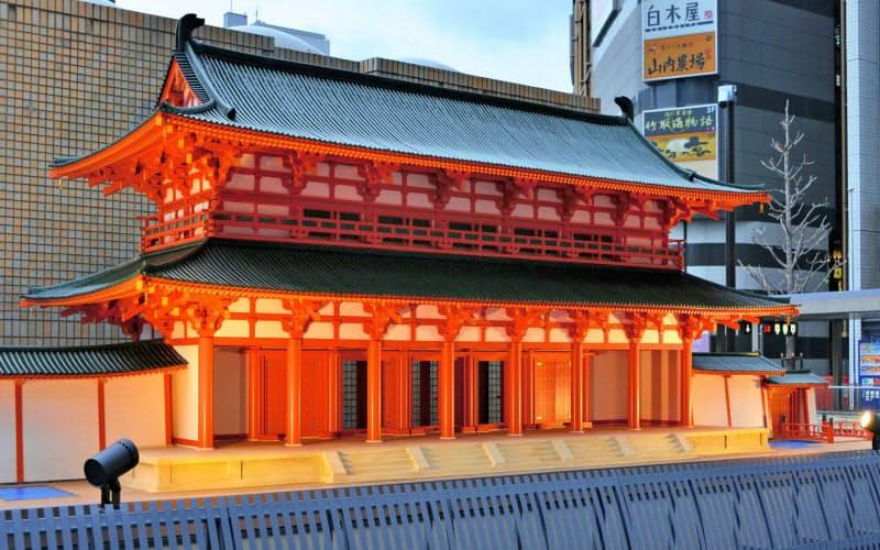 JR京都駅の北側に設置されている10分の1サイズの羅城門の模型(明日の京都 文化遺産プラットフォーム提供)