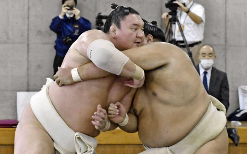 合同稽古に参加した白鵬=左(20日、両国国技館内の相撲教習所)=共同