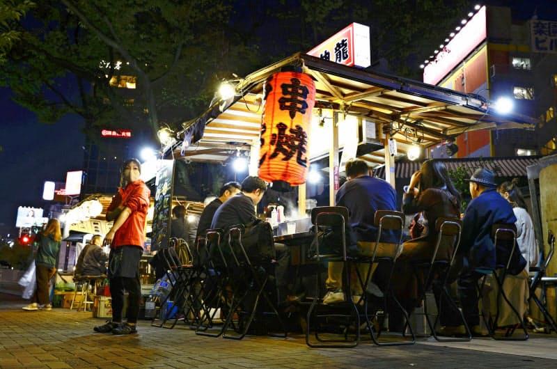 福岡市の繁華街、中洲の屋台(20日)=共同