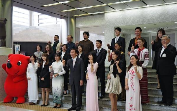 14カ国・地域から21人の「チーバくんパートナー」が選ばれた(20日、千葉県庁)