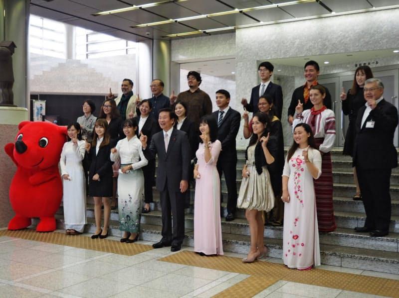 14カ国・12bet交流群から21人の「チーバくんパートナー」が選ばれた(20日、千葉県庁)