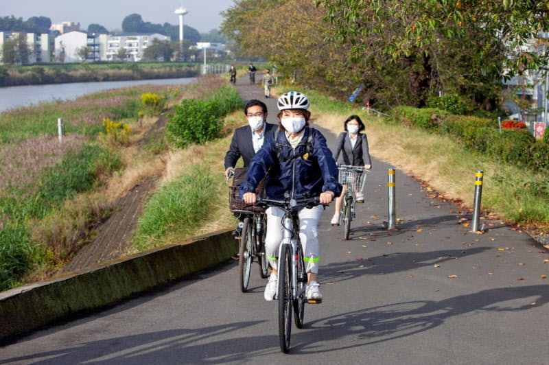 土浦市の安藤真理子市長は自ら自転車通勤で機運を盛り上げる(20日、同市提供)