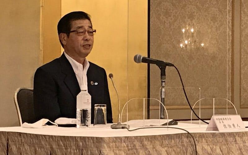 西日本経済協議会総会後に記者会見する四国経済連合会の佐伯勇人会長(20日、松山市)