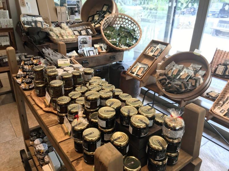 井上誠耕園は他社メーカーとオリーブを組み合わせた商品を販売する(香川県小豆島町)