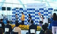 乗客にふんしたスタッフを相手に日ごろ磨いた接客技術を披露した(20日、羽田空港)