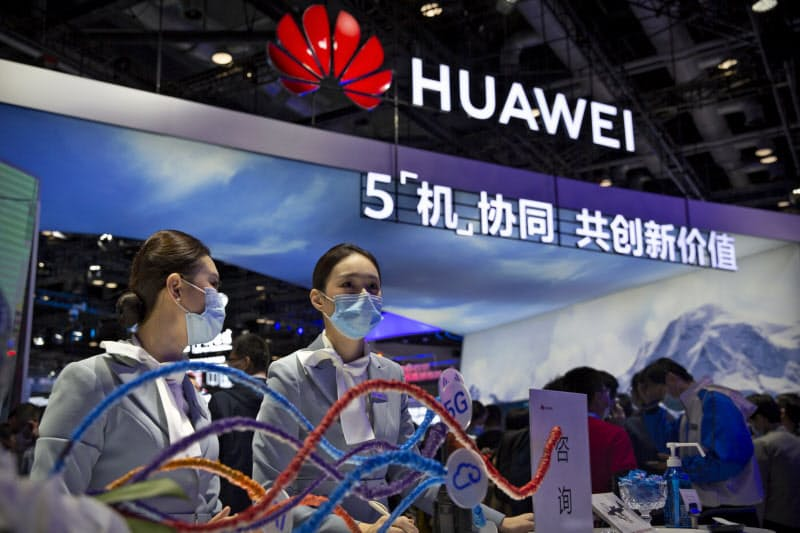 ファーウェイは通信などの技術を活用し中国内外でスマートシティー関連の事業を広げる(14日、北京市での展示)=AP