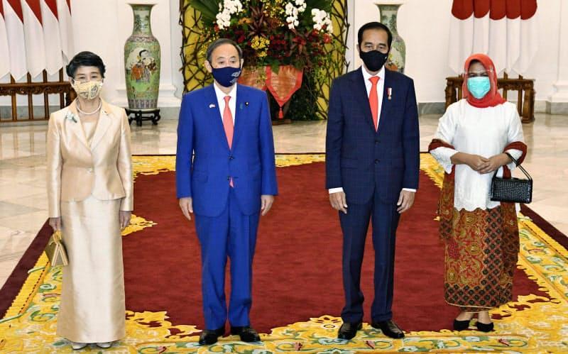 インドネシア・ボゴールの大統領宮殿で、ジョコ大統領夫妻(右側)と記念撮影に臨む菅首相と真理子夫人(20日)=代表撮影・共同