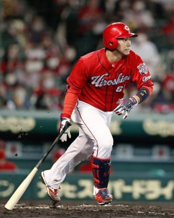 3回広島2死満塁、坂倉が投手強襲の2点打を放つ(20日、甲子園)=共同