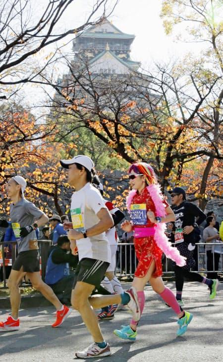 某アウトドアメーカーの協賛するマラソン大会では、給水所で紙コップではなくマイボトルを使ってもらう試みも始まっている(写真は2019年の大阪マラソン)