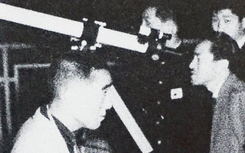 1957年、東京・日比谷の「円盤観測会」に参加する三島由紀夫(左)