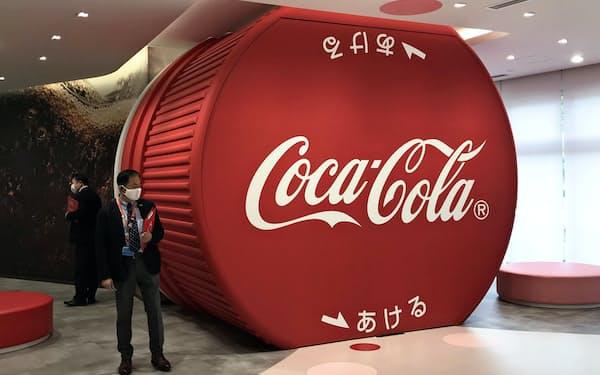 巨大なペットボトルのキャップを模したシアターの入り口