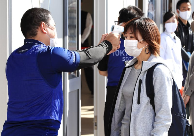 入場検査の実証実験で検温を受ける観客役(21日、東京都江東区)