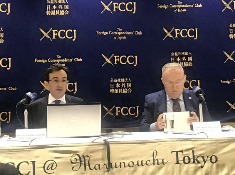 記者会見するアゼルバイジャンのイスマイルザーデ駐日大使(左)とトルコのメルジャン駐日大使(21日午前、都内の日本外国特派員協会)