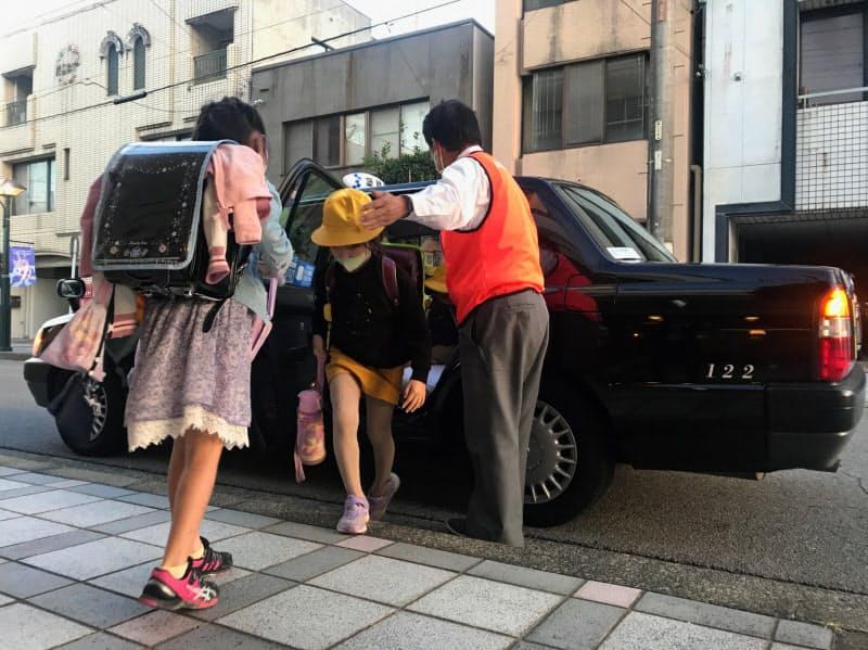 小学校から託児・学習施設に送迎されてきた児童たち(21日、愛知県岡崎市)
