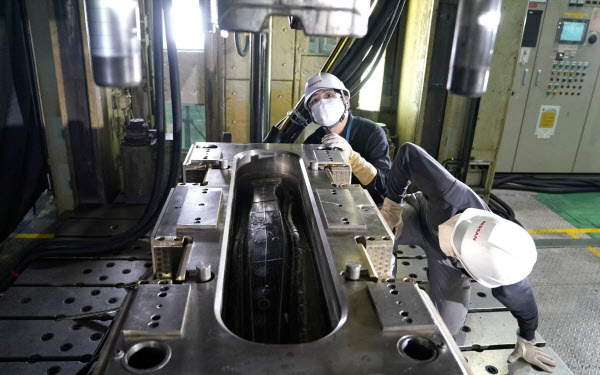 日産は炭素繊維強化プラスチック(CFRP)の量産化に向けた研究開発を加速している