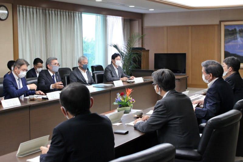 熊本県の蒲島知事(手前左から3人目)に施策提言する県工業連合会の役員ら(21日、県庁)