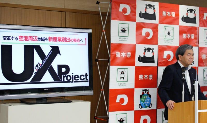 記者会見する熊本県の蒲島知事(21日、県庁)