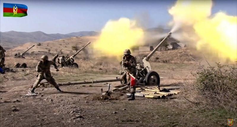 ナゴルノカラバフ紛争で砲撃するアゼルバイジャン軍兵士(20日、アゼルバイジャン国防省公開)=AP