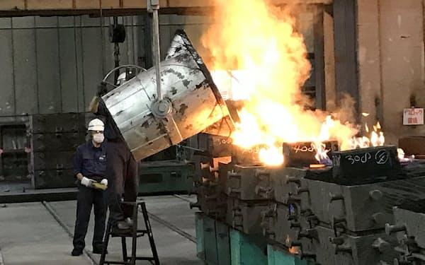 高熱で溶けた鉄を鋳型に流し込むキャストの鋳物工場(福島県白河市)