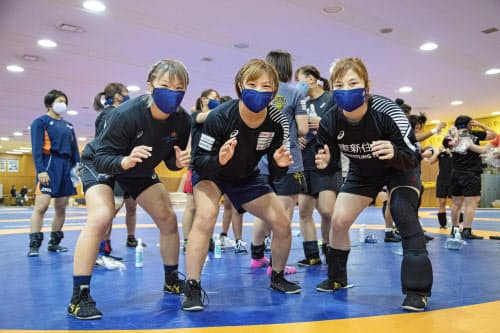 レスリング女子の強化合宿でポーズをとる(左から)川井梨紗子、川井友香子、土性沙羅(21日、東京都北区の味の素ナショナルトレーニングセンター)=日本レスリング協会提供・共同