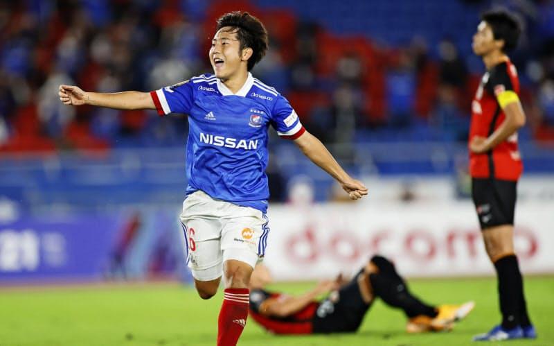 横浜M―名古屋 後半、決勝ゴールを決め駆けだす横浜M・渡辺(21日、日産スタジアム)=共同