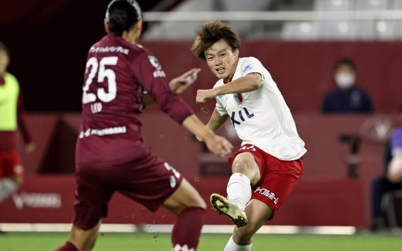神戸―鹿島 後半、ゴールを狙う鹿島・上田(右)=共同