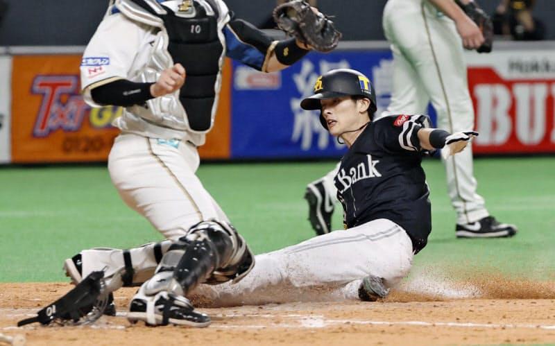 5回1死三塁、ソフトバンク・中村晃の右犠飛で周東が勝ち越しの生還=共同