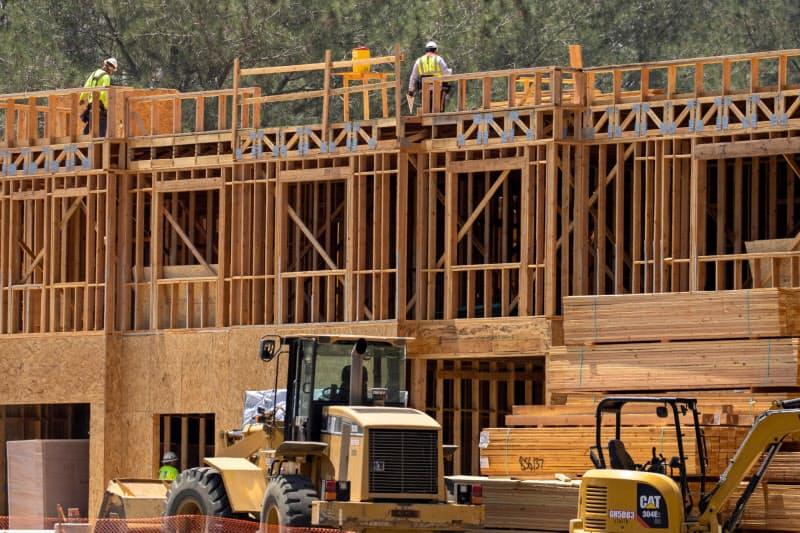 米地区連銀報告は、住宅市場は力強く伸びたが、産業によって回復ペースにばらつきがあるとした(米カリフォルニア州の住宅建設現場)=ロイター