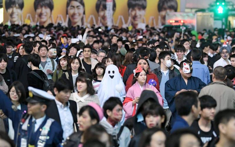 ハロウィーンの夜、渋谷のスクランブル交差点に集まった人たち(2018年)