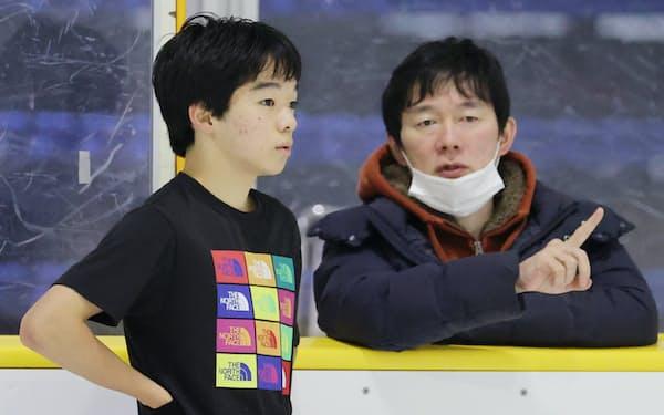 父でコーチの正和さん(右)から指導を受ける鍵山