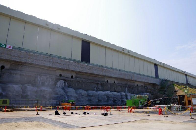 女川原発の津波対策として防潮堤を海抜29メートルにかさ上げする工事を進めている(8月、女川原発内)