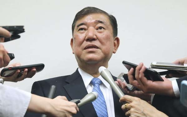 派閥会長を辞任する意向を明らかにする自民党の石破茂元幹事長(22日、国会内)