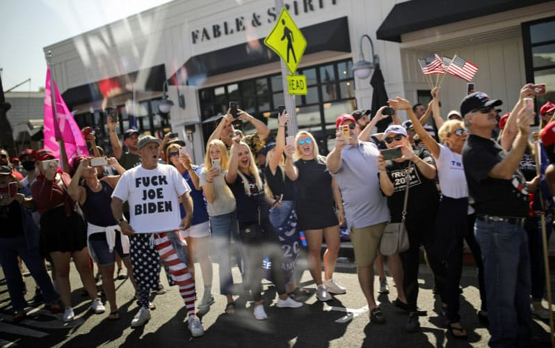 カリフォルニア州ニューポートビーチでの資金集めパーティーに出席したトランプ大統領を迎える支持者。パーティーチケットは1枚15万ドルだった=ロイター