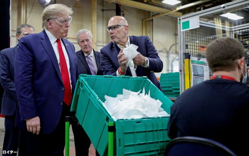 5月にアリゾナ州のマスク工場を訪れたトランプ大統領(左)=ロイター
