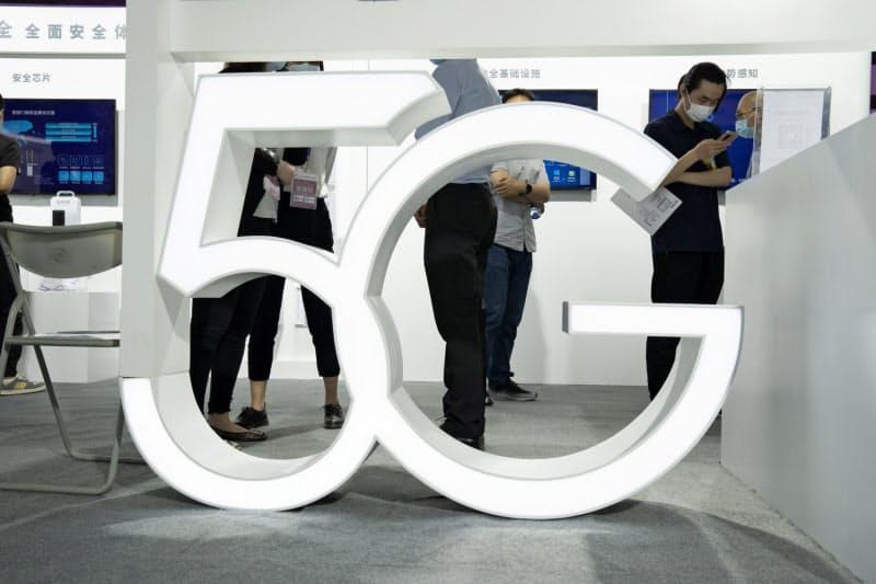 中国は急ピッチで5G通信網を整備している(9月、北京市)=AP