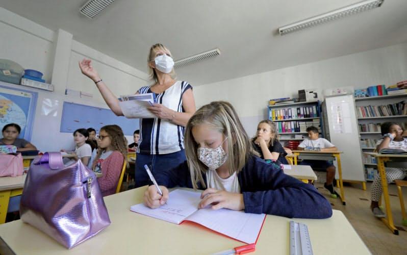 欧州各国での研究では、学校を再開しても感染拡大につながるとのエビデンスは限られる=ロイター