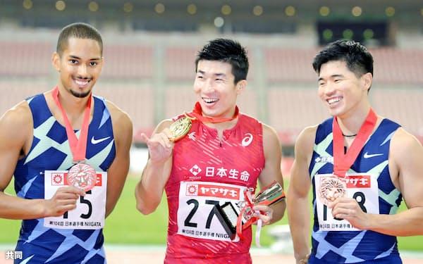 日本選手権男子100メートルで優勝した桐生祥秀(中)と2位のケンブリッジ飛鳥(左)。コロナ禍のシーズンをけん引した=共同