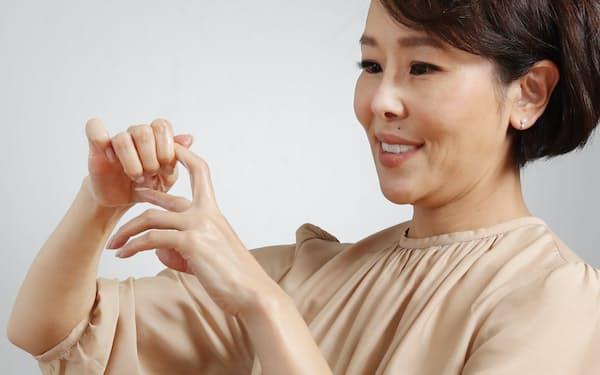 手のケアについて見逃しやすいポイントを教えてくれるパーツモデルの金子エミさん=三浦秀行撮影