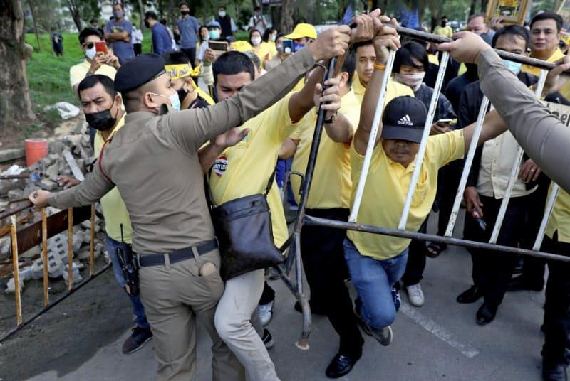 反体制派に対抗してデモ会場に集まった王室支持の保守派(21日、バンコク)=ロイター